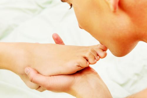 Léchage du pied: c'est ce que préfèrent les fétichistes des pieds. Et c'est très bien comme ça!