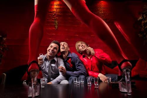 Un striptease es parte de una despedida de soltero. Puedes encontrar espectáculos eróticos en www.catgirl.ch.